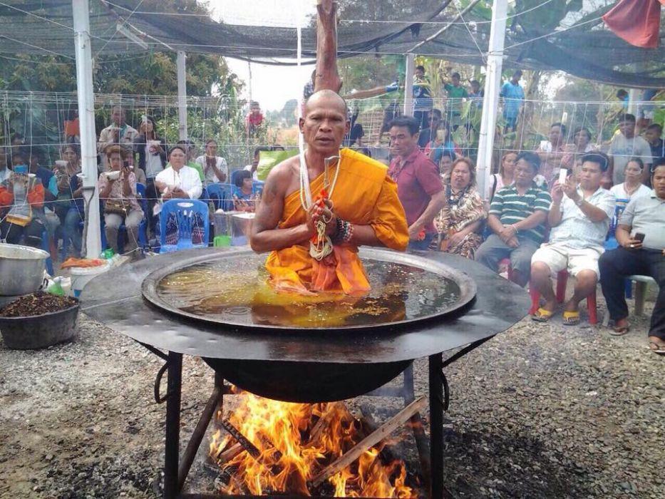 Calugar budist in ulei incins