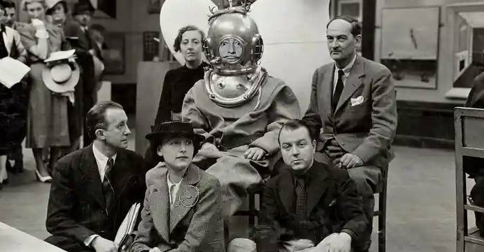 Salvador Dali, artistul îmbrăcat în scafandru la conferința de presă