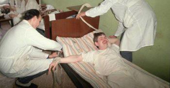 15 imagini tulburătoare din lumea ascunsă a spitalelor psihiatrice FEATURED_compressed