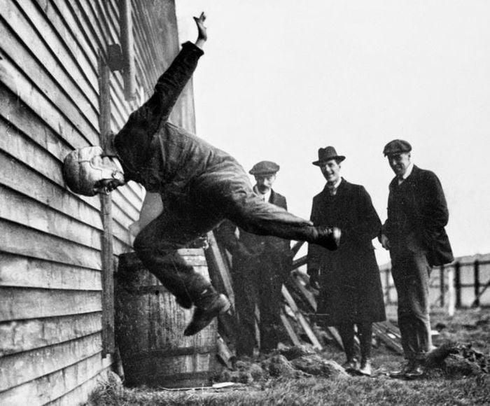 fotografii istorice - test casca de fotbal