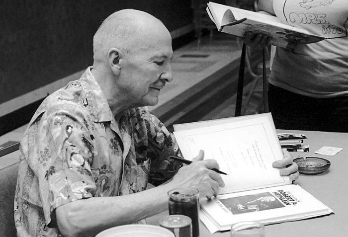 spațiul cosmic Robert Heinlein