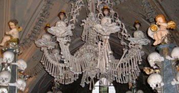 Osuarul din Sedlec – Biserica făcută din schelete de om featured_compressed