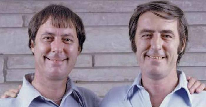Separați la naștere, acești gemeni au descoperit la 39 de ani coincidențele uluitoare din viețile lor