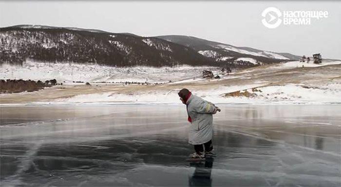 Bunica patinatoare de pe Lacul Baikal