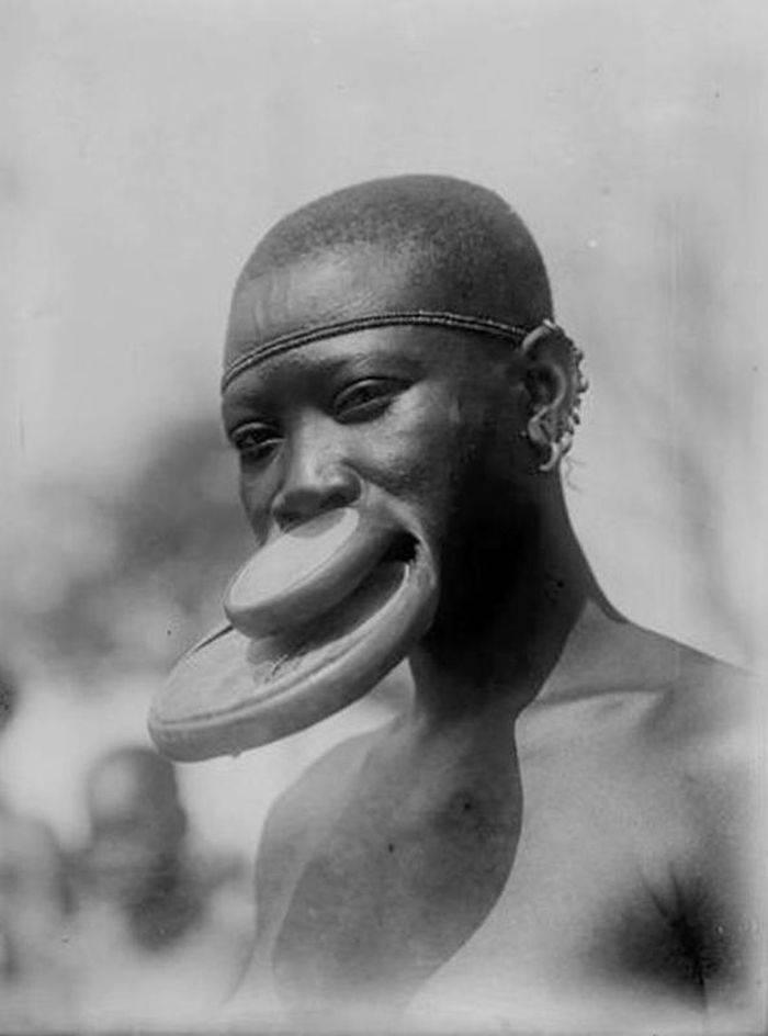 femeile africane cu discuri în buze