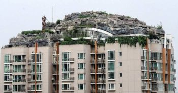 VIDEO Omul care și-a construit propriul munte pe acoperișul unui bloc FEATURED_compressed