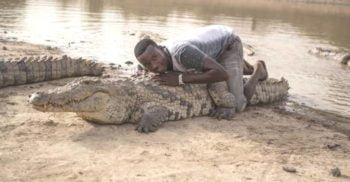 VIDEO Satul în care crocodilii și oamenii trăiesc împreună, în armonie FEATURED_compressed