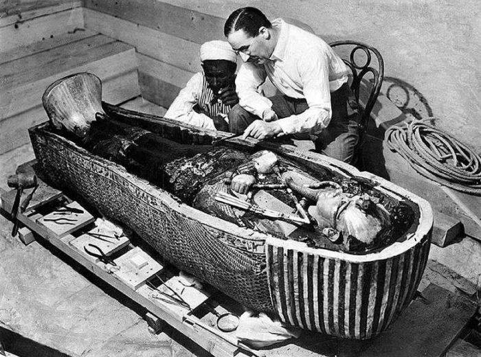 Howard Carter deschizând sarcofagul lui Tutankhamon