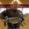 Acest om se luptă cu depresia îngrijind un aligator care se teme de pisici featured_compressed
