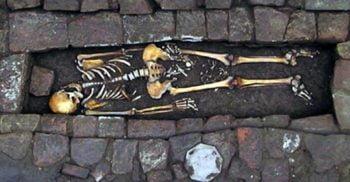 """Un caz rar de""""naștere în sicriu"""" a fost descoperit într-un mormânt medieval din Italia FEATURED_compressed"""