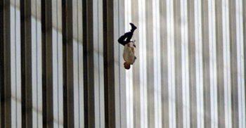 """""""Falling man"""" Povestea tragică a omului care a căzut la 11 septembrie 2001 featured_compressed"""