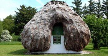 Casele făcute din lemn adus de valuri și acoperite cu iarbă de mare