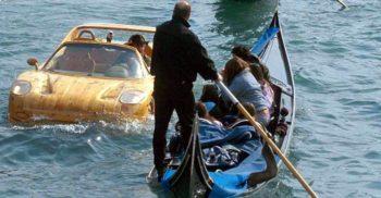 Omul care pilotează un Ferrari de lemn pe canalele din Veneția