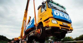 Cel mai puternic adeziv din lume a ținut suspendat un camion de 17.2 tone