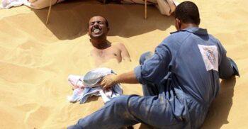 Tratamentul berber: 5 zile îngropat în nisipul fierbinte, în deșert