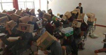 Un profesor a obligat elevii să poarte cutii de carton ca să nu poată copia la examen