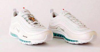 """La 3.000 de dolari perechea, pantofii sport """"Isus"""", cu apă sfințită și miros de tămâie, s-au vândut în câteva minute"""