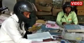 Angajații din India lucrează cu căști de motocicliști pe cap, de frică să nu cadă tavanul pe ei