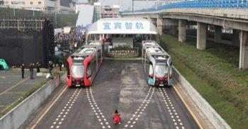 Chinezii au lansat trenul fără șine, care rulează pe linii vopsite pe asfalt