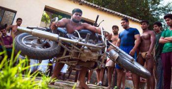 Namilele din Asola, satul care produce paznici pentru cluburile de noapte din India