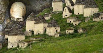 Orașul Morților din Rusia: cimitirul misterios din Dargavs, Osetia de Nord