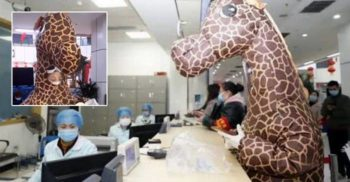 O femeie s-a dus la spital în costum de girafă ca să se protejeze de coronavirus