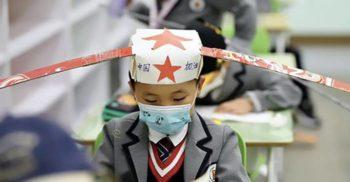 Distanțare socială: Elevii de la o școală din China sunt forțați să poarte pălării de 1 metru