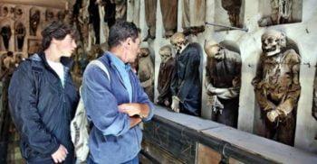 Mumiile împăiate expuse în Catacombele Capucinilor din Palermo