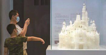 Doi copii care se jucau au spart cea mai mare sculptură de sticlă din lume