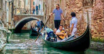 Turiștii obezi scufundă gondolele: Venețienii reduc capacitatea bărcilor