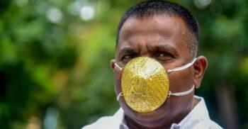 Un bărbat din India poartă mască din aur pentru a se proteja de coronavirus