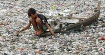 Viitura de gunoi și cadavre: Citarum, cel mai poluat râu din lume