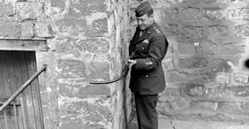Krummlauf, arma nazistă cu țeava curbată proiectată să tragă după colț