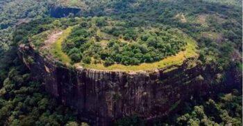 """Petroglifele misterioase descoperite recent pe """"Muntele Extratereștrilor"""" din Sri Lanka"""