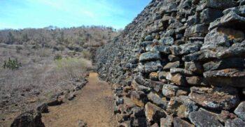 Zidul Lacrimilor: Peretele inutil construit drept pedeapsă de deținuții din Galapagos
