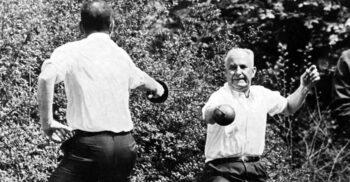 """""""Taci, tâmpitule!"""" Parlamentarii care s-au bătut cu săbiile în 1967, în ultimul duel din Franța"""
