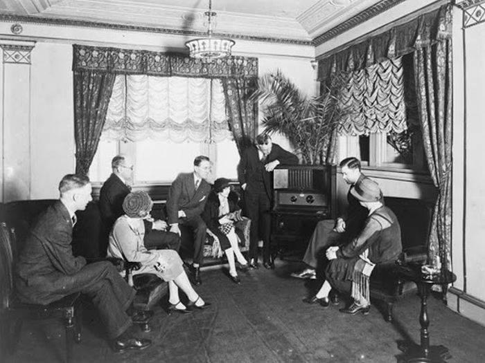 Oameni ascultand radio