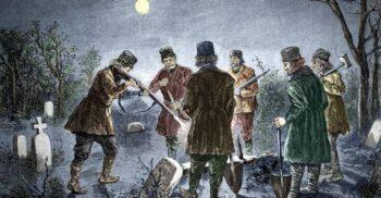 Morți vii, strigoi și moroi: Dovezile căutate în sicriu de vânătorul de vampiri