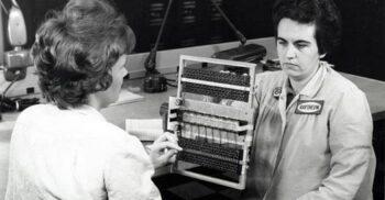 Primele memorii de calculator au fost țesute manual de femei