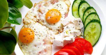 """Micul dejun și reclamele mincinoase. Cine ne-a """"vândut"""" cerealele cu lapte și ouăle cu șuncă"""