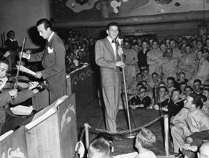 Sinatra cantand