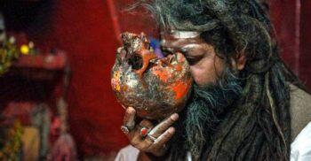 Aghori, asceții care trăiesc pe lângă cimitire, consumă carne de om și beau apă din cranii