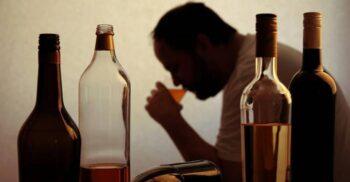 Din uter până la bătrânețe: Cum ne afectează alcoolul creierul de-a lungul vieții