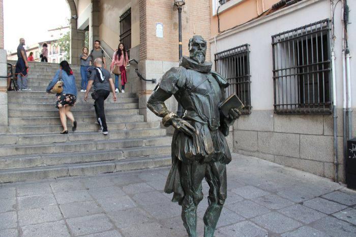 Curiozitati despre Cervantes - Statuie