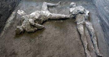 Rămășițele a doi bărbați, probabil un stăpân și sclavul său, au fost descoperite la Pompei