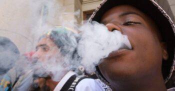 Ca să aibă noroc, jucătorii la loterie din Africa de Sud fumează creier de vultur