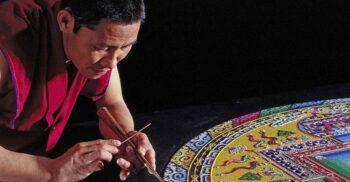 Monumentele răbdării: Mandalele de nisip colorat create de călugării tibetani