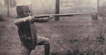 """Scutul corporal Brewster, """"vesta antiglonț"""" de 18 kilograme inventată în Primul Război Mondial"""