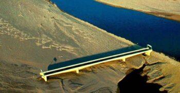 """""""Podul către nicăieri"""", făcut inutil de un uragan care a deviat cursul râului"""