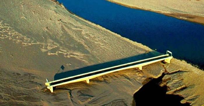 Podul către nicăieri, făcut inutil de un uragan care a deviat cursul râului featured_compressed